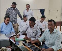 नरसिंहपुर गांधी चौराहा  में लोकायुक्त टीम ने पटवारी को रिश्वत लेते हुये दबोचा